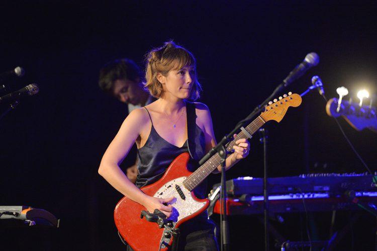 Mina Tindle erschafft auf der Bühne ihre eigene kleine Welt. Bild: Lena Reiner