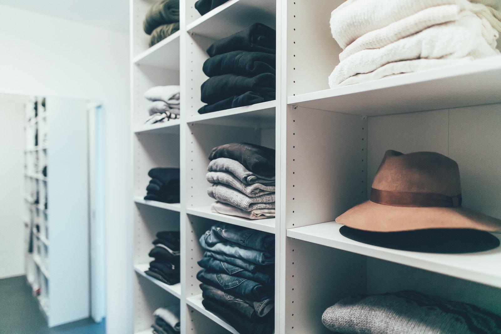 der blogger traum ein begehbarer kleiderschrank uberding dein lifestyle und reiseblog seit. Black Bedroom Furniture Sets. Home Design Ideas
